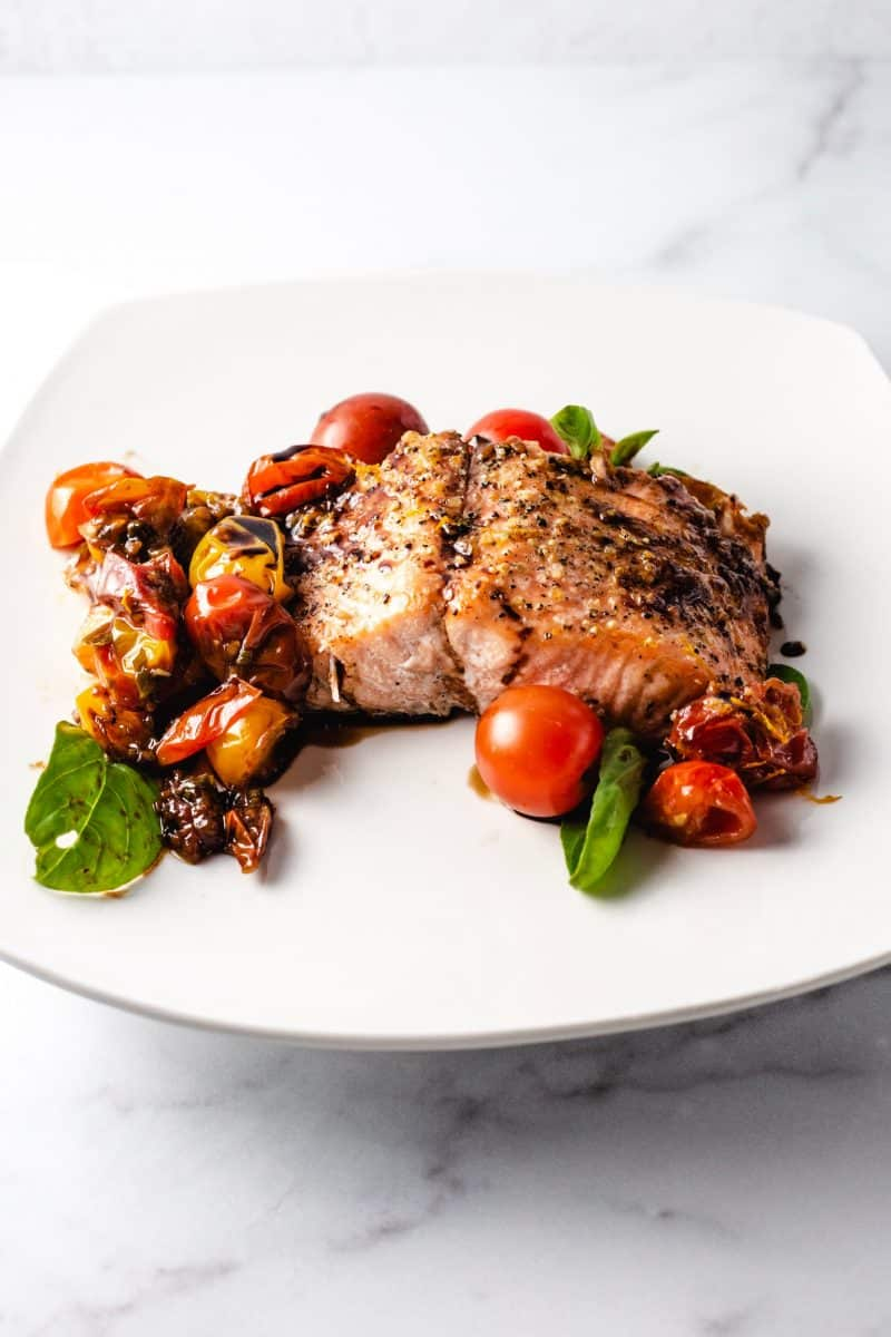 Bakes salmon with balsamic cherry tomatoes